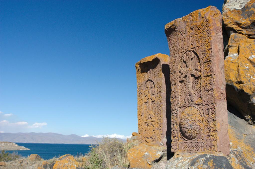 Хачкар - армянский камень-крест. Таких в стране тысячи, и рисунок каждого - уникален.